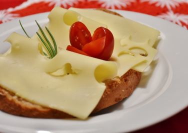 Bild mit einem leckeren Käsebrötchen auf dem Kinderkleidermarkt in Waldbüttelbrunn